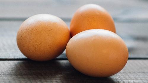 trị mụn trứng cá bằng trứng gà