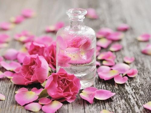 trị mụn đầu đen bằng nước hoa hồng
