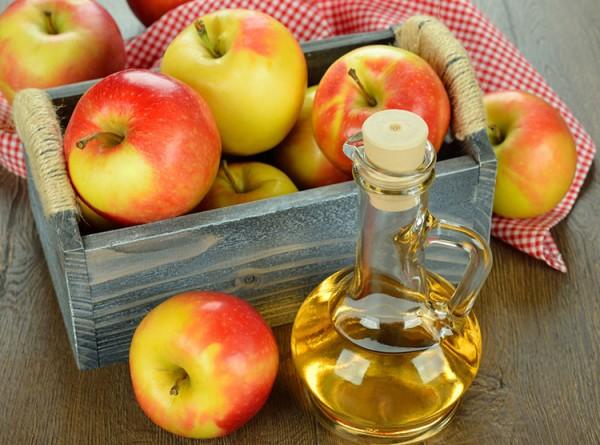 trị mụn đầu đen bằng giấm táo