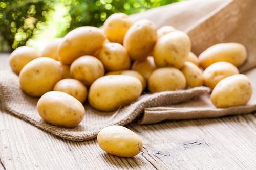 trị mụn đầu đen bằng khoai tây