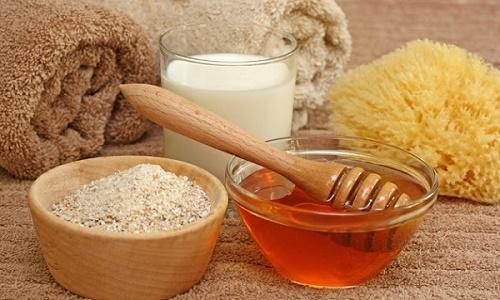 Làm đẹp da mặt với mật ong và cám gạo