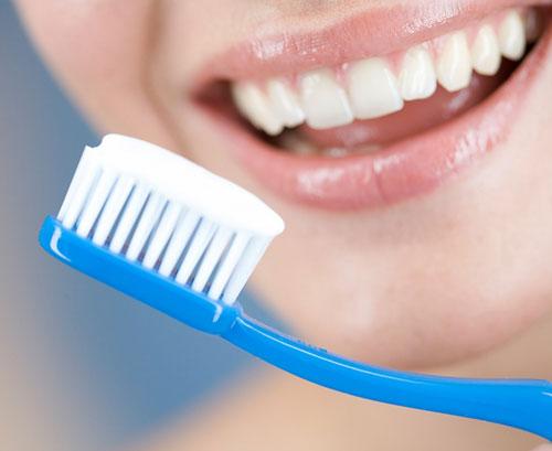 trị mụn cám bằng kem đánh răng