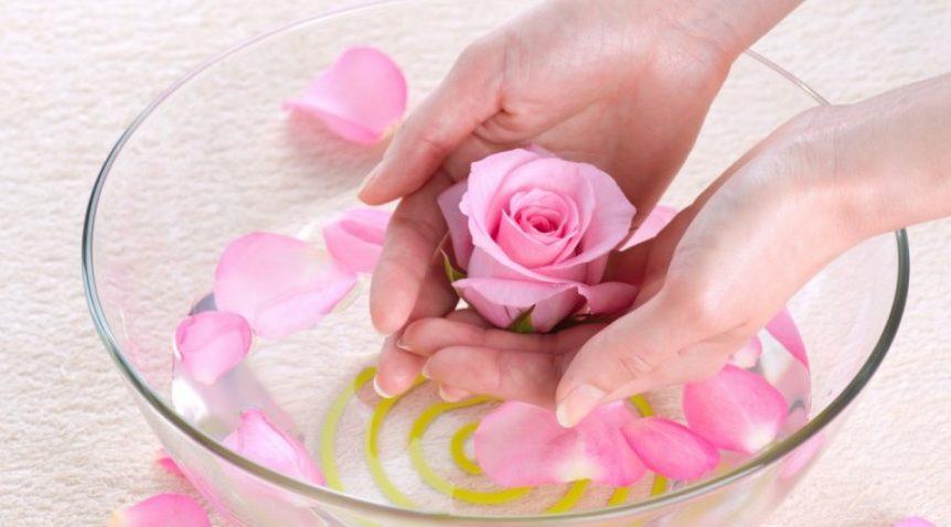 Bí quyết trị mụn cám bằngnước hoa hồng